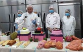 國際烘焙師高肇力(前排左一)介紹使用 天然水果製成的麵包及糕餅。