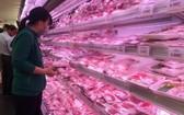 消費者在超市購買豬肉。