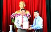 新任永隆省人委會主席呂光亮(左)接領人事委任《決定》。(圖源:VNN)