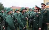 少將丁孟發勉勵入伍青年。(圖源:互聯網)