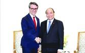 政府總理阮春福(右)接見歐盟駐越大使。(圖源:越通社)
