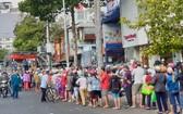 當天上午,有逾200名居民及路過的人停車排隊購買。