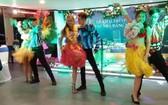 食客在船上除了可品嚐東亞與各歐式美食之餘,還能欣賞精彩的歌舞。(圖源:互聯網)