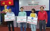 市紅十字會陳長山(右一)代表該會接領由各贊助單位所移交的醫療物資。