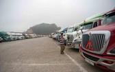 數百輛運載農產品的集裝箱大貨車在北方越中邊境口岸附近滯留多天等待通關。(圖源:TTO)