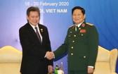 越南團長吳春歷大將(右)與東盟秘書長林玉輝在河內舉行會談時握手。(圖源:越通社)