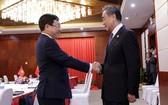 政府副總理、外交部長范平明(左)在老撾萬象會見中國國務委員、外交部長王毅。