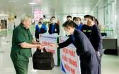 榮市航空港給乘客免費派發口罩。(圖源:楊松)