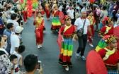 華人女子穿著民族傳統服裝參加元宵巡遊活動。