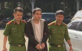 殺人犯罪嫌疑人龍清秀(中)被押送至派出所。(圖源:屈原)