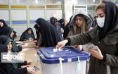 伊朗選民將選票投入選票收集箱。(圖源:伊通社)