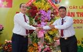 市委書記阮善仁(左)祝賀桔萊坊黨部大會。(圖源:越勇)