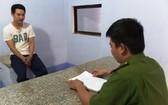 調查員向被扣押的陳文功錄取供詞。(圖源:清新)