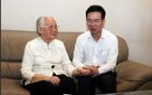 武文賞部長(右)殷切問候段翠波醫生。