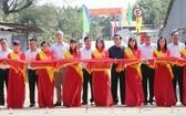 原國家主席張晉創(後排右三)出席新關市9座橋樑落成剪綵儀式。(圖源:明顯)