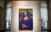 """法國街頭藝術家""""Invader""""用330個魔方組成了如馬賽克圖案般的""""蒙娜麗莎""""。(圖源:互聯網)"""