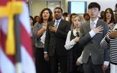 特朗普政府不准造成公共負擔的移民入境,24日開始實施。圖為來自各國的移民宣誓入籍。(圖源:Getty Images)