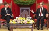 中央經濟部長阮文平(右)接見美國財政部長副助理羅伯特‧卡普羅特。(圖源:越通社)