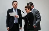 在柏林德國基督教民主聯盟(基民盟)總部卡倫鮑爾(前)抵達新聞發佈會現場。