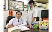 鍾世強醫師(左)與三子興榮探討醫術。