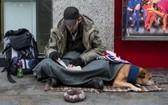 一名流浪漢與他的黃狗在倫敦街頭上乞討。(圖源:互聯網)