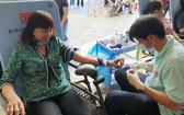 華人婦女工作組周金鳳參加志願捐血活動。
