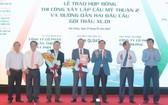 交通運輸部副部長阮日向各承包單位移交施工合同。(圖源:英明)
