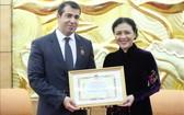 越南各友好組織聯合會主席阮芳娥(右)向阿塞拜疆共和國駐越南特命全權大使阿納爾‧伊馬諾夫頒贈紀念章。(圖源:越通社)