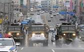 韓軍車2月29日在大邱街頭噴灑消毒劑。(圖源:AFP)