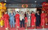 溫莎集團代表張豐裕(右四)出席剪綵儀式。