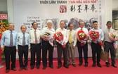 義安會館理事長陳裕當場認購張漢明畫家的個人作品。