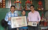 李秀娟(中)與侄兒李偉賢(右)把先輩留下的寶貴證件捐贈 給本文作者麒麟提倡的計劃。