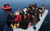 在希臘萊斯沃斯島一艘載有難民和移民的船隻靠近當地港口塞爾米。(圖源:新華社)