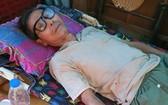 賴蘇蝦只能躺在床上,由70歲的姐姐照顧。