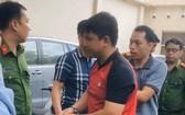 警方押送涉案嫌犯莊志靈至公安派出所。(圖源:HNMO)