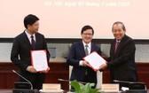 政府常務副總理張和平(右)向兩位新任司法部副部長頒授職務調任《決定》。(圖源:黎山)