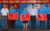 郡人委會副主席張庚波(左一)與領導 向出色集體贈送領先錦旗。