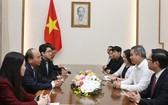 政府總理阮春福(左二)接見越南天虹紡織集團總經理。(圖源:越通社)