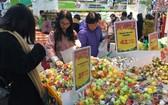民眾在超市選購食品。(圖源:互聯網)