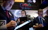 交易員在美國紐約證券交易所工作。(圖源:新華社)