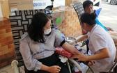 第五郡越華婦女及教師們熱心參加捐血活動。