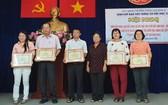 第五郡勵學會主席李金梅(右三)向6個人頒發獎狀。