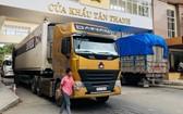 一輛輛農產品大貨車經諒山新清口岸通關後運往中國。(圖源:互聯網)