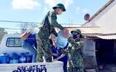 邊防部隊向民眾送水。(圖源:俊光)