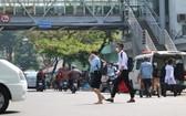 儘管附近有第五郡阮知方步行橋,但步行者仍橫過馬路。
