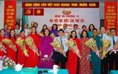 郡委常務副書記黃玉女芳紅(前排左五)祝賀新一屆坊黨部執委會。