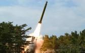 韓軍聯合參謀本部21日稱,朝鮮分別於當天早上6時45分左右和6時50分左右,從西北部的平安北道宣川附近向日本海發射了2枚推測或為短程彈道導彈的飛行物。