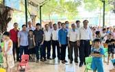 土龍木天后宮理事會探望故鄉人道中心時與該中心工作人員及小朋友們合照。