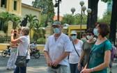 觀光本市街道的國際遊客。