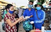 廣南省山城縣的一名居民以塑料垃圾換取防控新冠肺炎用品。(圖源:宏強)